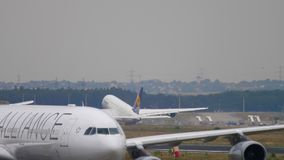 Lufthansa-Luchtbus 380 start stock video