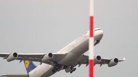 Lufthansa-Luchtbus 340 start stock videobeelden
