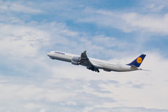Lufthansa-Luchtbus A340 tijdens de vlucht Royalty-vrije Stock Foto's