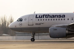 Lufthansa-Luchtbusa319-100 vliegtuigen die op de baan lopen Stock Fotografie