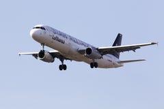 Lufthansa-Luchtbusa321-100 vliegtuigen op de blauwe hemelachtergrond Stock Foto