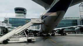 Lufthansa-Luchtvaartlijnen Boeing 747-830 Retro Livreivliegtuigen in de Luchthaven van Frankfurt stock videobeelden