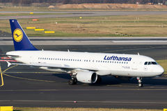 Lufthansa-luchtvaartlijnenluchtbus a-320 vliegtuigen Stock Foto's