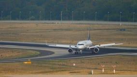 Lufthansa mit einem Taxi fahrender Airbus 320 stock footage