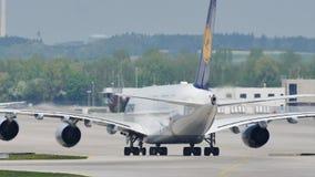 Lufthansa A380 płaski robi taxi na pasie startowym, zakończenie zbiory wideo