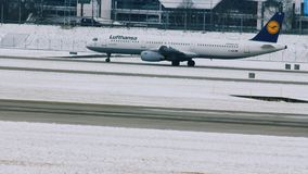 Lufthansa que consigue listo para sacar del aeropuerto de Munich, invierno con nieve almacen de metraje de vídeo