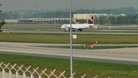 Lufthansa que hace el taxi en el aeropuerto de Francfort, FRA El aterrizar