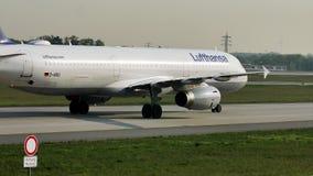 Lufthansa que hace el taxi en el aeropuerto de Francfort, FRA Ciérrese encima de la opinión el equipo de la cabina
