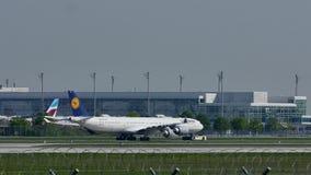 Lufthansa A380 que hace el taxi en el aeropuerto de Munich, MUC metrajes