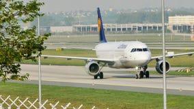 Lufthansa que lleva en taxi en el aeropuerto de Francfort, FRA almacen de video