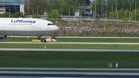 Lufthansa que lleva en taxi en el aeropuerto de Munich, MUC metrajes