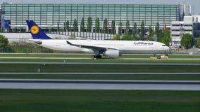 Lufthansa que lleva en taxi en el aeropuerto de Munich, MUC, hierba verde almacen de metraje de vídeo