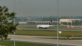 Lufthansa que lleva en taxi en el aeropuerto de Munich, MUC, hierba verde almacen de video
