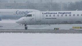 Lufthansa Regional acepilla el carreteo en nevadas fuertes, visibilidad baja almacen de video