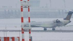 Lufthansa Regional acepilla el carreteo en nevadas fuertes, visibilidad baja almacen de metraje de vídeo