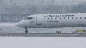 Lufthansa Regional acepilla el carreteo en nevadas fuertes, visibilidad baja metrajes