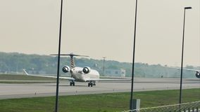 Lufthansa Regional que hace el taxi en el aeropuerto de Francfort, FRA El aterrizar metrajes