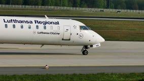Lufthansa Regional spiana il decollo dalla pista, aeroporto di Francoforte, FRA, Germania stock footage