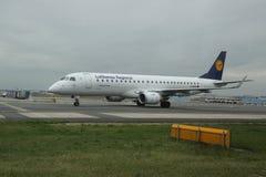 Lufthansa Regional surfacent sur le macadam à l'aéroport de Francfort Images stock