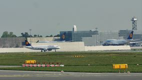 Lufthansa A380 sacó del aeropuerto de Francfort, FRA almacen de video