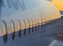 Lufthansa samolot przy bramą w Terminal 2 Obrazy Royalty Free