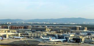 Lufthansa samolot przygotowywający dla wsiadać przy Terminal 1 Obraz Royalty Free