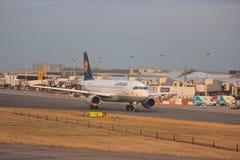 Lufthansa samolotu lądowanie przy lotniskiem Zdjęcie Royalty Free