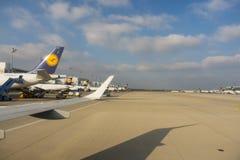 Lufthansa samoloty wykładający przy Monachium lotniskiem Zdjęcie Royalty Free