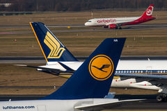 Lufthansa, Singapore Airlines et Air Berlin Photos stock