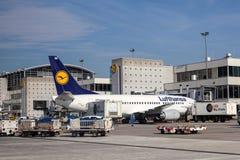 Lufthansa som är 737-300 på den Frankfurt flygplatsen Royaltyfri Fotografi