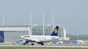 Lufthansa som tar av från den Munich flygplatsen, MUC
