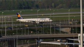 Lufthansa spiana facendo il taxi sull'aeroporto di Monaco di Baviera, cielo blu archivi video