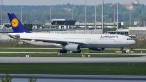 Lufthansa spiana facendo il taxi sulla pista nell'aeroporto di Monaco di Baviera, MUC video d archivio