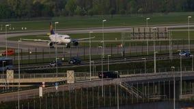Lufthansa spiana il rullaggio nell'aeroporto di Monaco di Baviera, molla stock footage