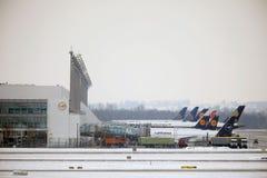Lufthansa surface aux portes terminales, aéroport de Munich Photo stock