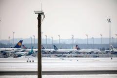 Lufthansa surface aux portes terminales, aéroport de Munich Photos stock