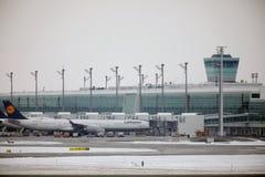 Lufthansa surface aux portes terminales, aéroport de Munich Images libres de droits