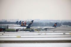 Lufthansa surface aux portes terminales, aéroport de Munich Photos libres de droits