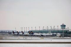 Lufthansa surface aux portes terminales, aéroport de Munich Photo libre de droits