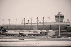 Lufthansa surface aux portes terminales, aéroport de Munich Images stock