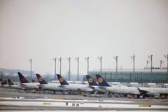 Lufthansa surface aux portes terminales, l'aéroport de Munich, horaire d'hiver avec la neige Photographie stock