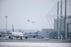 Lufthansa surface dans l'aéroport de Munich, MUC, neige Photo libre de droits