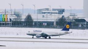 Lufthansa surfacent être prêt pour décoller, aéroport de Munich, Allemagne banque de vidéos