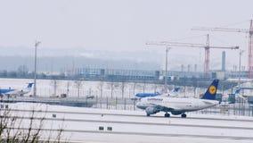 Lufthansa surfacent être prêt pour décoller, aéroport de Munich, Allemagne clips vidéos