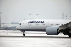 Lufthansa surfacent faisant le taxi dans l'aéroport de Munich en hiver Photos stock