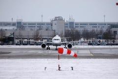 Lufthansa surfacent faisant le taxi dans l'aéroport de Munich en hiver Photos libres de droits