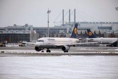 Lufthansa surfacent faisant le taxi dans l'aéroport de Munich en hiver Photo libre de droits