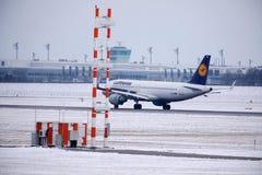 Lufthansa surfacent faisant le taxi dans l'aéroport de Munich en hiver Photographie stock