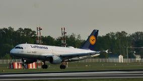 Lufthansa surfacent l'atterrissage sur l'aéroport de Francfort, FRA banque de vidéos