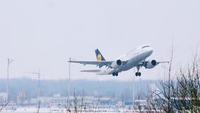 Lufthansa surfacent le décollage, aéroport de Munich, Allemagne clips vidéos